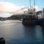 Forhaling av båter i havna i forbindelse med derigging av Geco Searcher. LOM AS hadde oppdraget mens båten lå til kai. Vi tok oss også av mellomlagring og forsendelse av utstyr fra båten.
