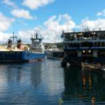 Det tynnes i rekken når Northwest Searcher forlater havna. Men det blir nok fyllt opp igjen med en ny båt om en uke eller to. LOM AS har nå vakt og ettersyn med 5 båter i opplag, og vi får stadig inn nytt offshoreutstyr til lagring og vedlikeholdsservice.